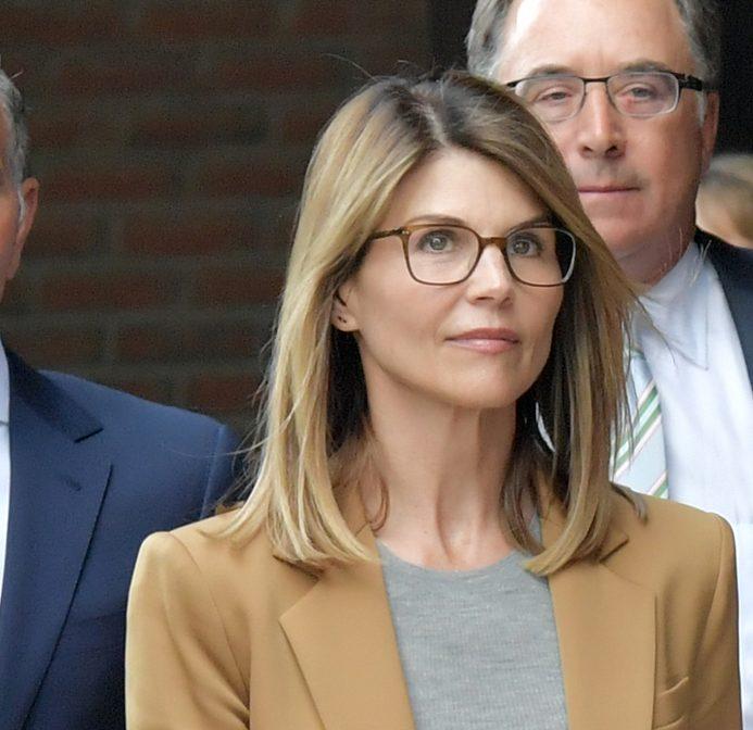 Lori Loughlin recibe condena por acusaciones de soborno.