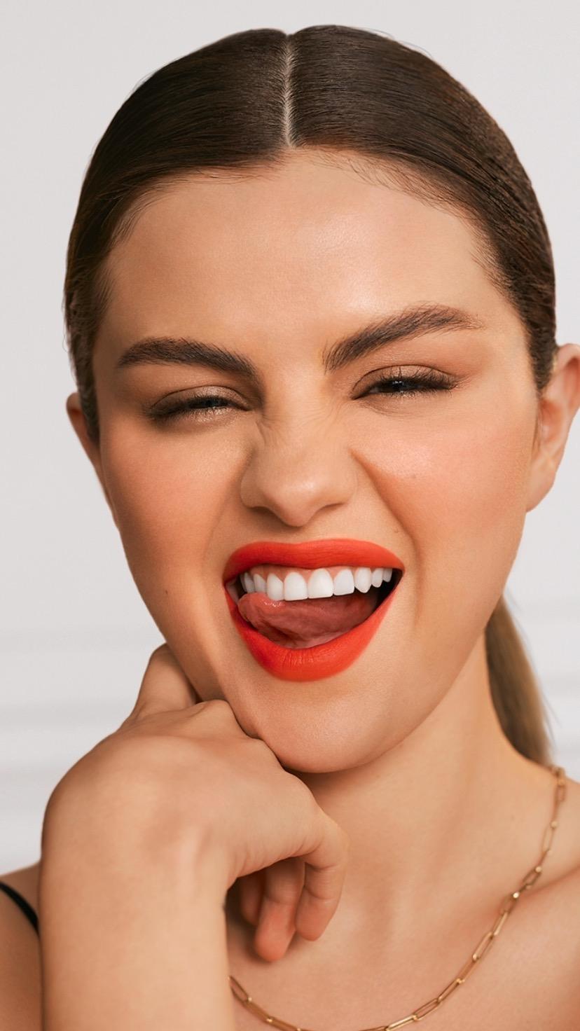 "Selena Gómez con línea de maquillaje, ""Rare Beauty""."